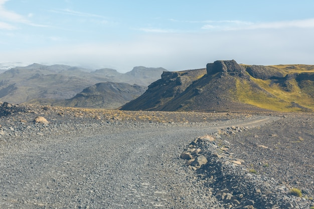 Гравийная дорога через исландские горы лавы