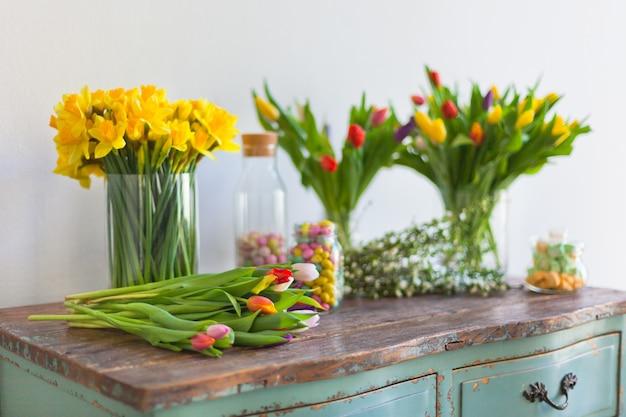 Весенние цветы на деревянном столе