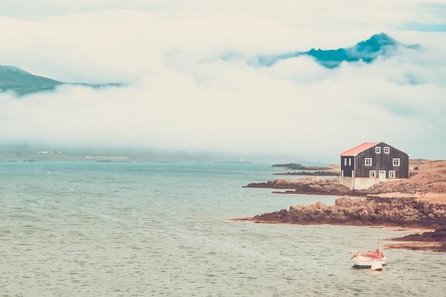 Дом и лодка в восточной исландии