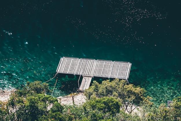 Небольшой деревянный пирс на воде