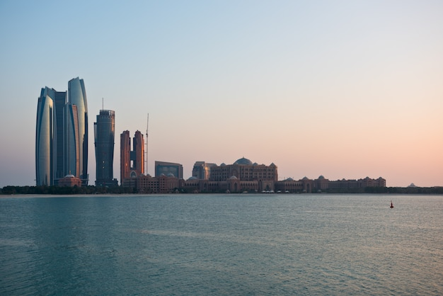 Абу-даби зданий небоскребов от моря