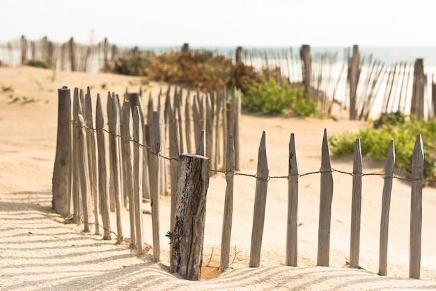 Деревянный забор на атлантическом пляже во франции