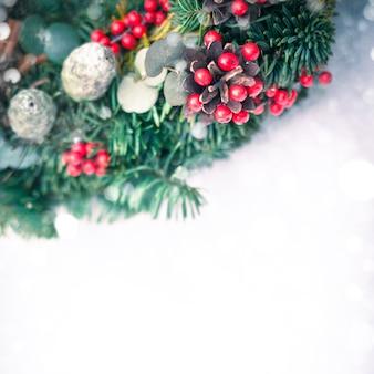 白い雪に分離されたクリスマスリース