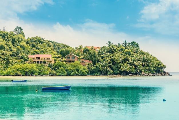 夏の間の熱帯の島の風景