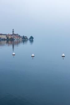 イタリアのガルダ湖のサロの町の岸壁のパノラマビュー
