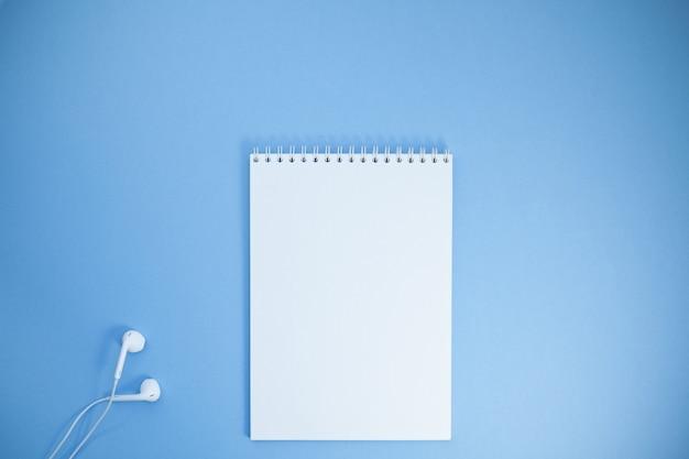 ワークスペースデスクのクリエイティブフラットレイアウト写真