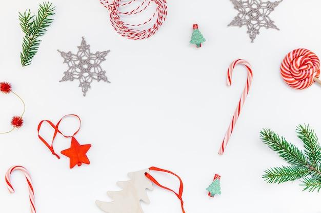 白い背景にクリスマスの装飾のパターン