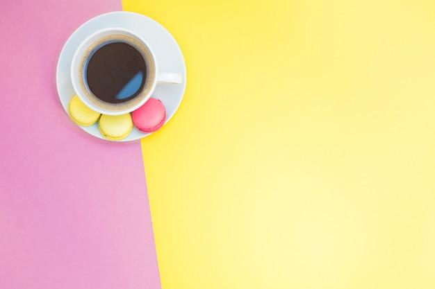 マカロンとコーヒーカップのフラットレイアウト