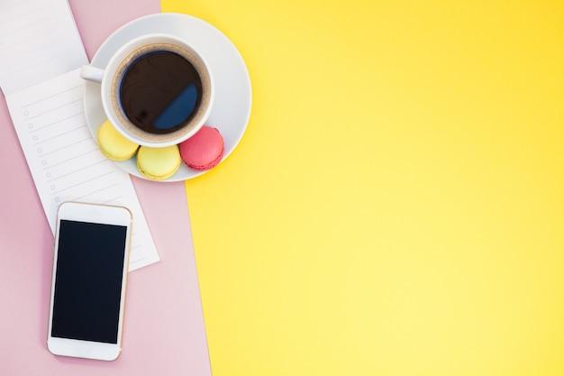 コーヒーカップとマカロンのクリエイティブフラットレイアウト