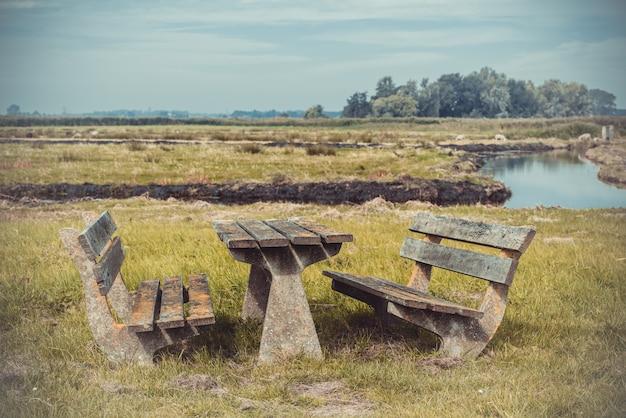空の木製テーブルと休憩所のベンチ