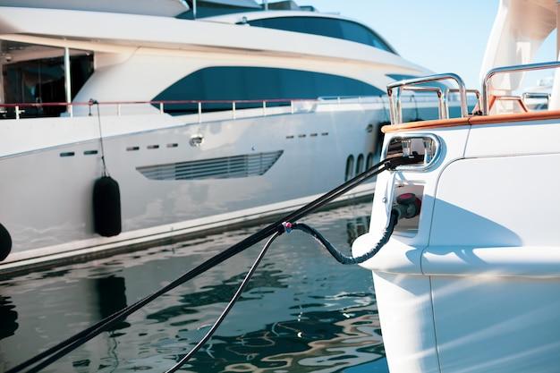 Причаленные роскошные яхты в марине канн