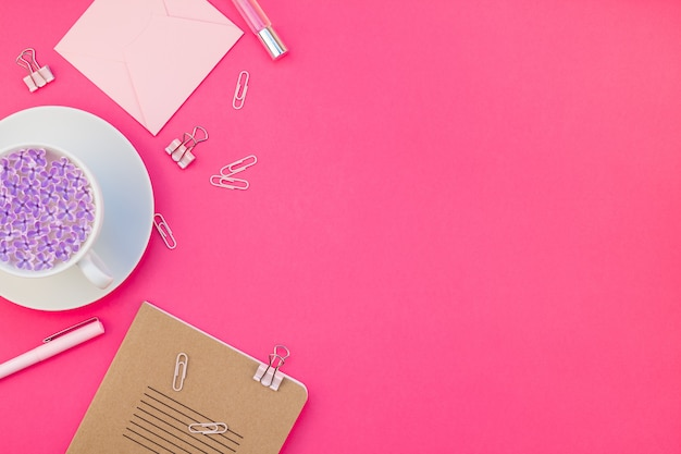 ピンクの女性らしいワークスペースフラットレイスタイル