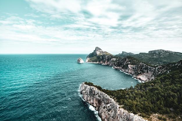 スペイン、マヨルカの急で岩が多い岬。