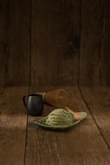 緑の抹茶のアイスクリーム日本の畳の装飾のスタイル伝統的な甘くて寒い