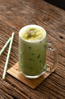 緑色の冷たい飲み物の爽やかさ