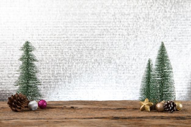 クリスマスの新年、贈り物プレゼント、松の木の背景、幸せな特別な機会の時間を祝う