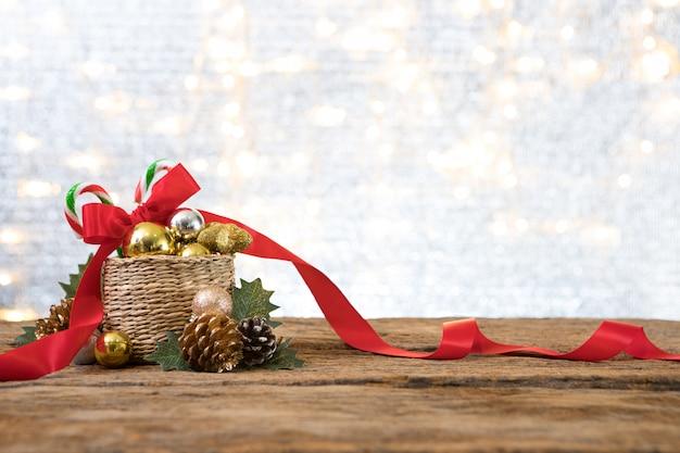 Рождественский новый год с подарком настоящее фоне сосны празднуют время счастливого особого случая