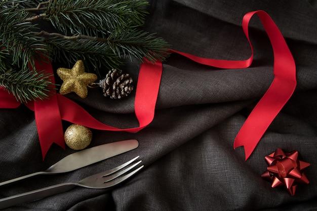 器具の夕食の背景とクリスマスの新年パーティーは幸せの時間を祝う