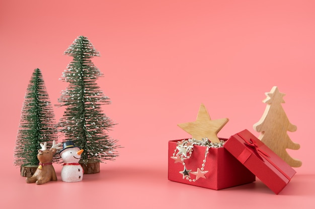 ギフトプレゼントの背景とクリスマスの新年は幸せな特別な機会の時間を祝う