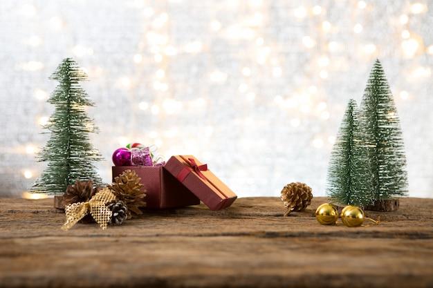 Рождество новый год с подарком подарок сосновый фон празднуют время счастливого особого случая
