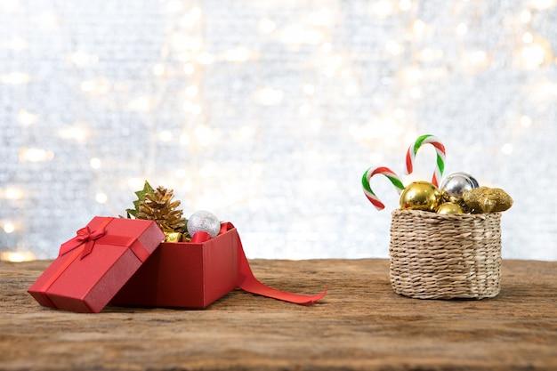Рождество новый год с подарком подарок сосновый фон
