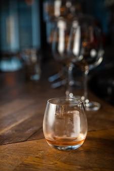 カウンターバーの岩の上のウイスキー