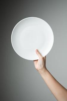 白い空の皿を持つシェフ