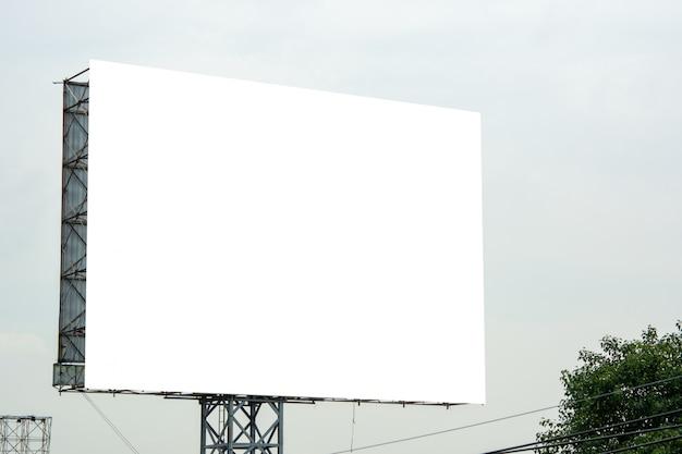 看板の空白と青い空