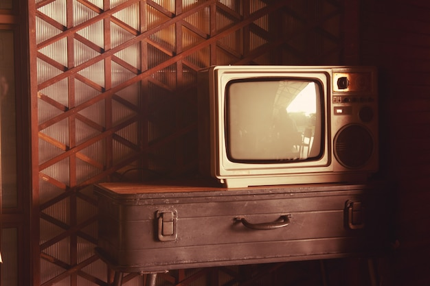 Старый телевизор на старинном столе