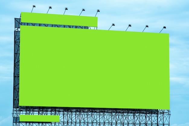 Пустой рекламный щит и голубое небо, копия пространства на зеленом экране