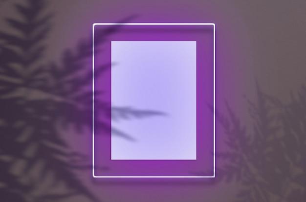 ピンクの輝きを持つネオンフレームのモックアップポスター。トロピカルオーバーレイの手のひらの影と内部の空きスペースのあるシーン