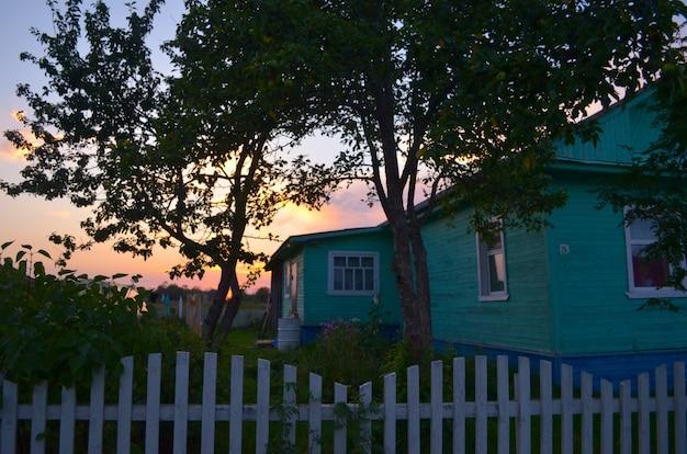 村の夏の夕日