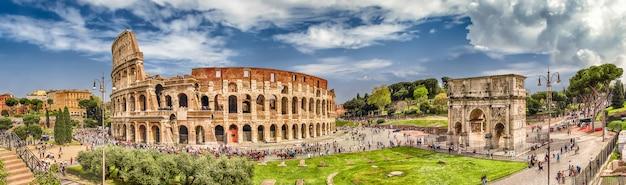 Панорамный вид на колизей и арку константина, рим, италия