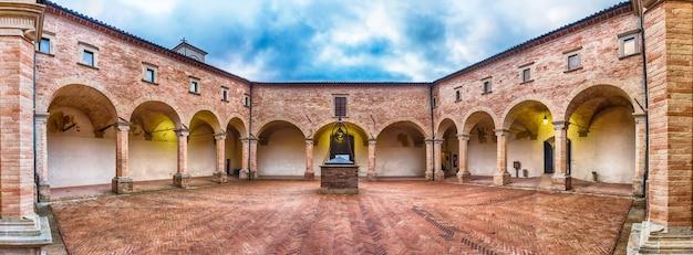 サン・ウバルド大聖堂、グッビオ、イタリアの古代の回廊