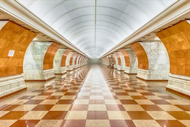 モスクワ、ロシアの地下鉄パークポベディ駅のインテリア