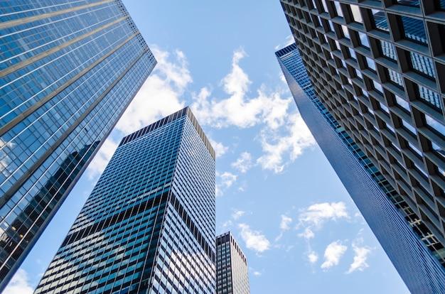 Нижний вид небоскребов в манхэттене, нью-йорк, сша