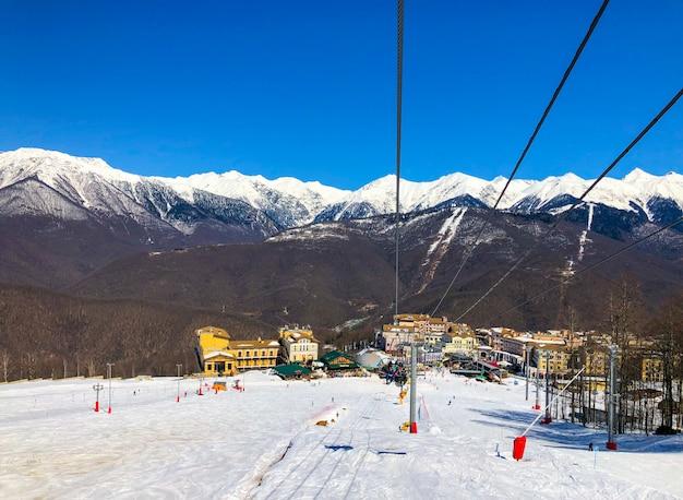 雪の山の景色
