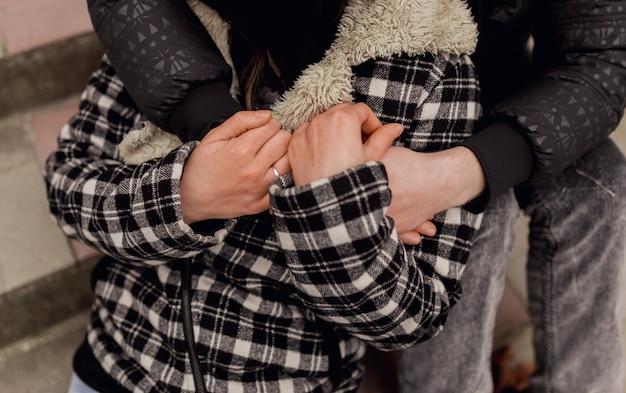 幸せなカップルの抱擁をクローズアップ
