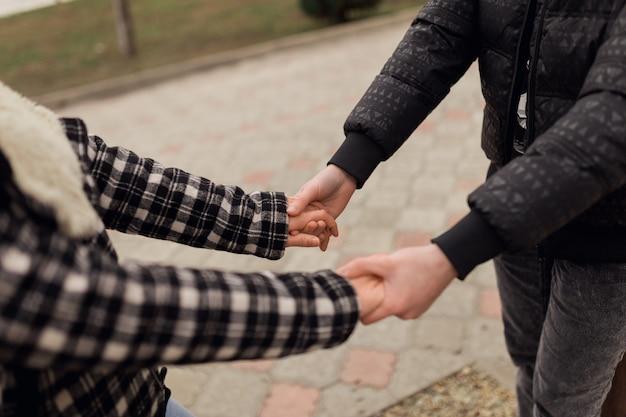 幸せな夫と妻が手をつないで