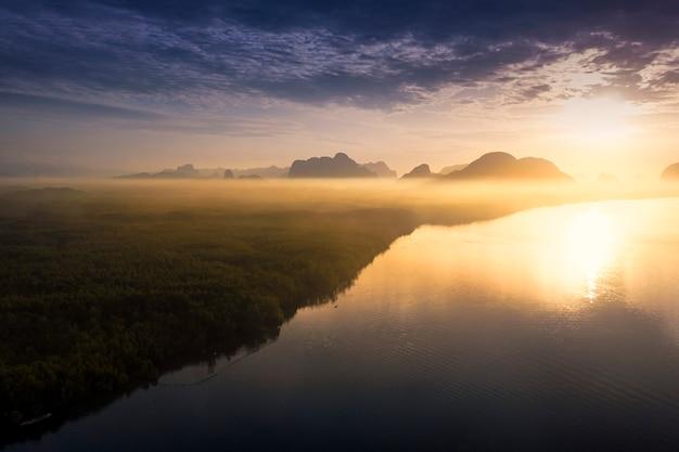 Восход солнца в озере с горы