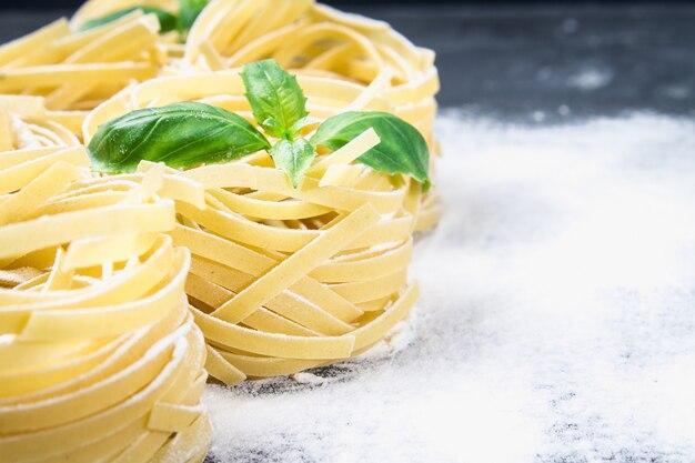 Вкусные свежие красочные ингредиенты для приготовления пасты тальятелле