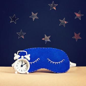 Спящая маска ручной работы из фетра, звездочек на черном фоне.