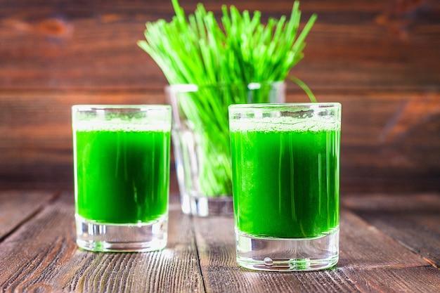 ウィートグラスショット。小麦草からのジュース。健康の傾向