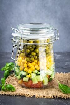 健康的な自家製サラダの瓶入り