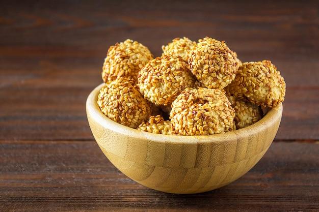Печенье с кунжутом на деревянном столе