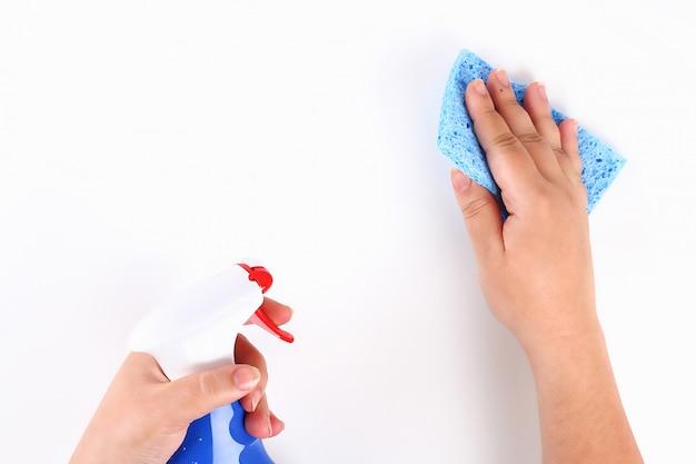 Девушка вытирает руки на белом с голубой губкой. вид сверху.