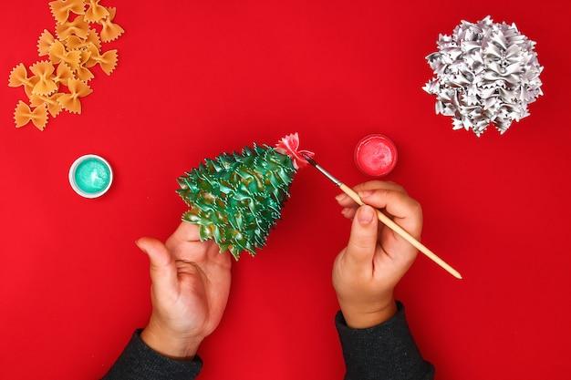 生パスタの弓からクリスマスツリーを作る方法。