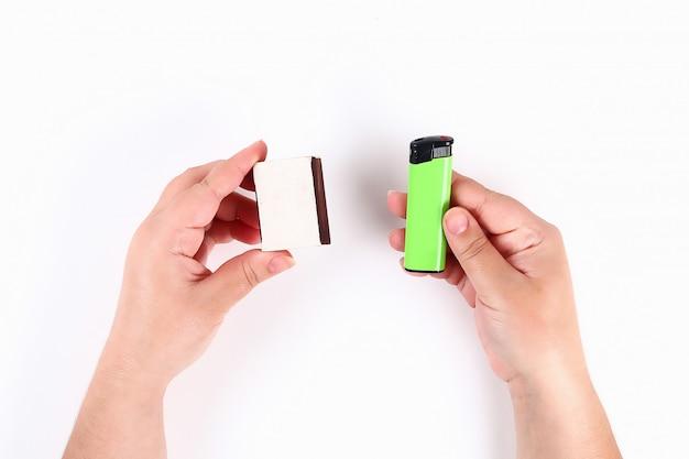 少女は白の彼の手にマッチ箱とライターを持っています。上面図。