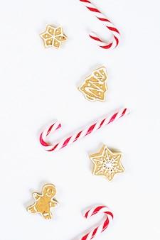 ストライプの赤白のキャンディーと自家製ジンジャークッキー