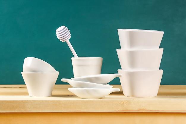 ガラス製品。ガラス皿、カップ、ボウル。棚の上の料理。キッチン用品。
